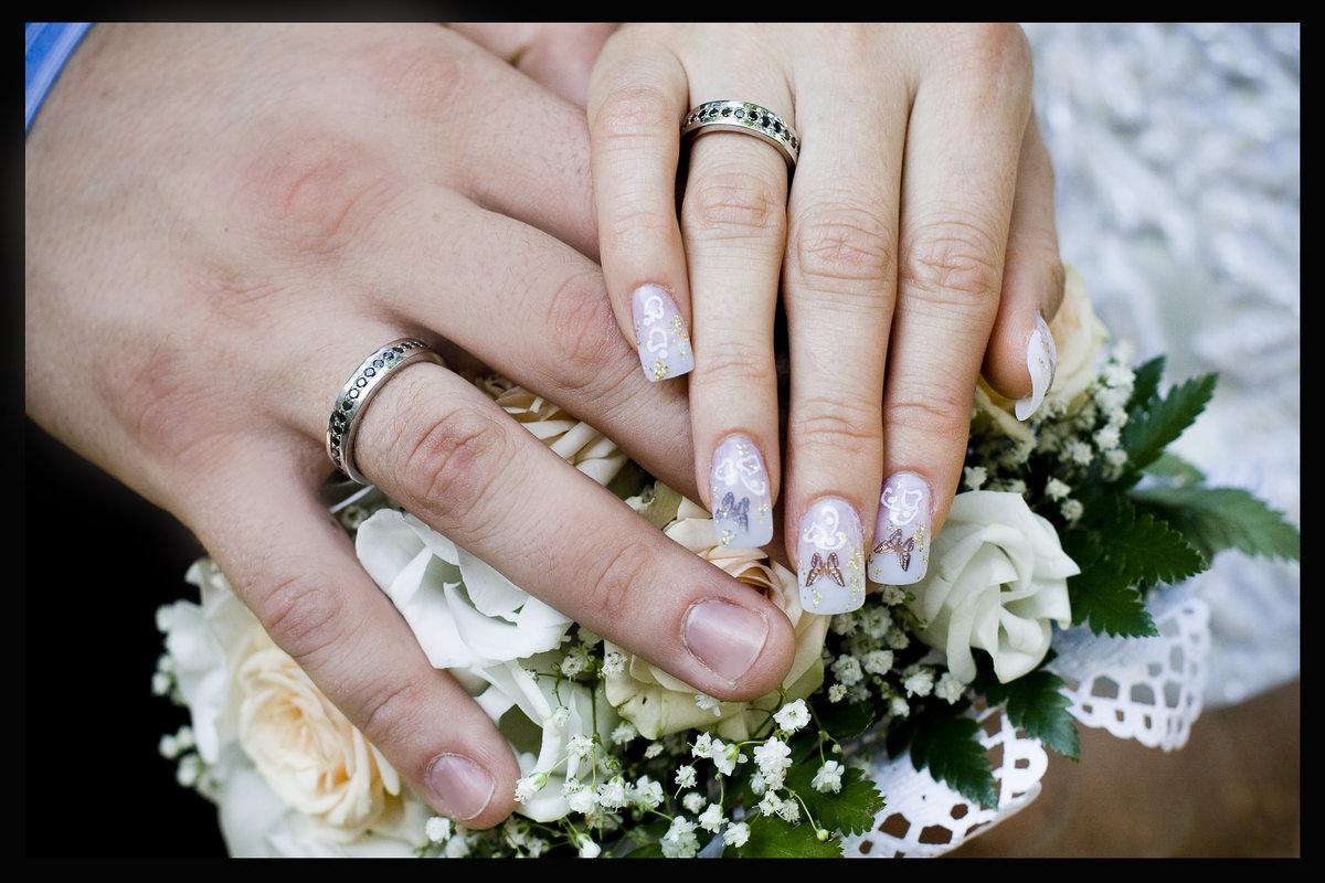 каждым красивое свадебное фото кольца на руках цвета смог помочь