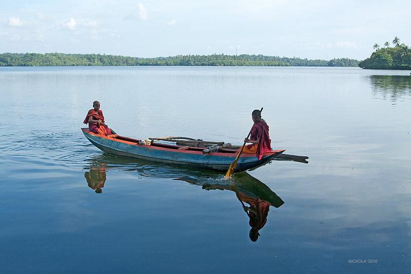 монах в лодке картинка новый