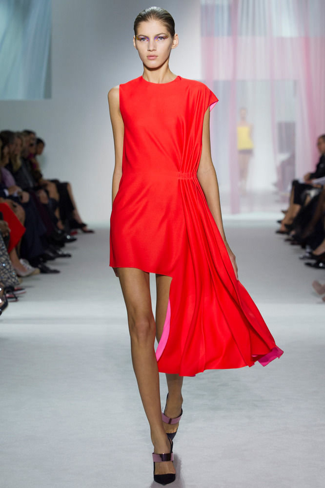 Красное асимметричное платье от Christian Dior