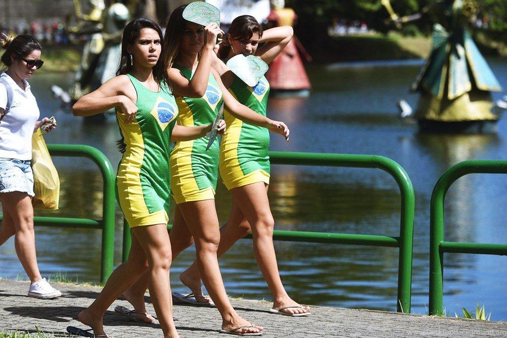 fine-brazilian-girls-hangers-busty-nude