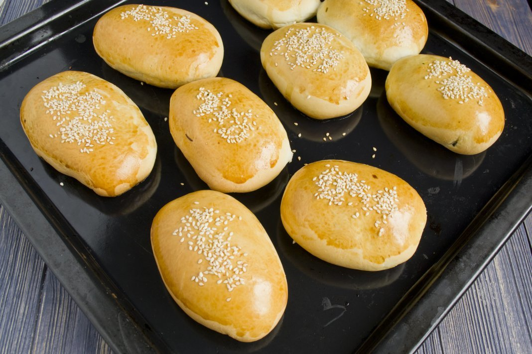 Способ приготовления и вид теста автоматически подразделяет рецепты пирожков на жареные пирожки и печёные в духовке – пирожки с начинкой либо без начинки.