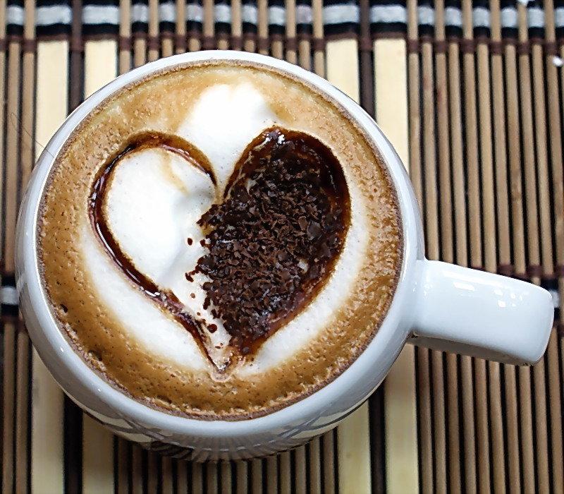 номера, профессиональное фото кофе в чашке с сердечком девушек улице