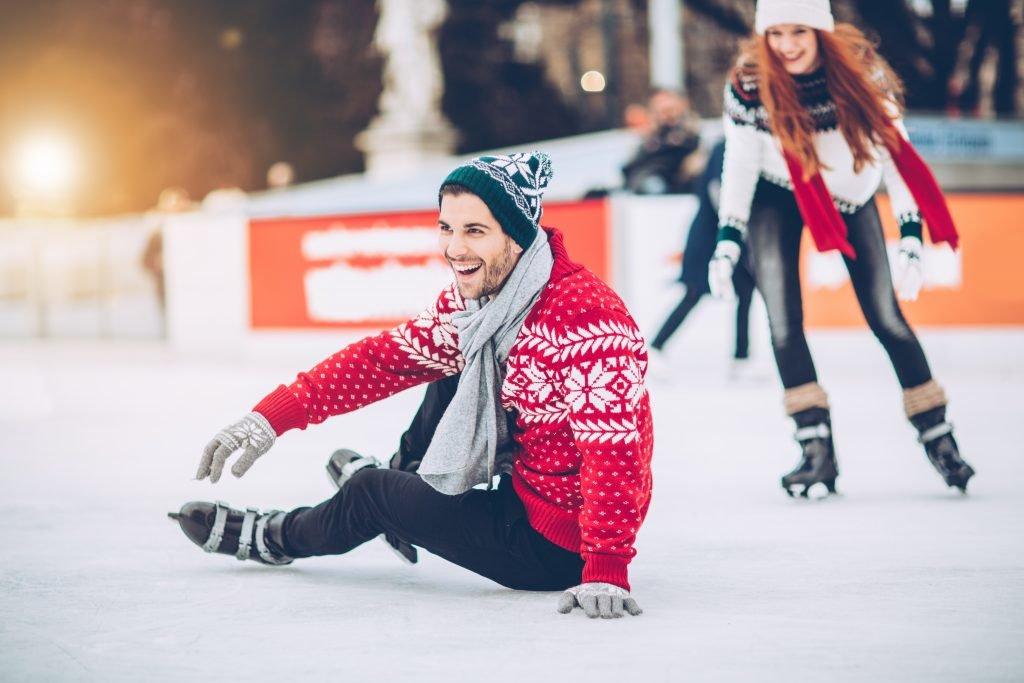 постановочное фото на коньках вызывает ассоциацию красивым