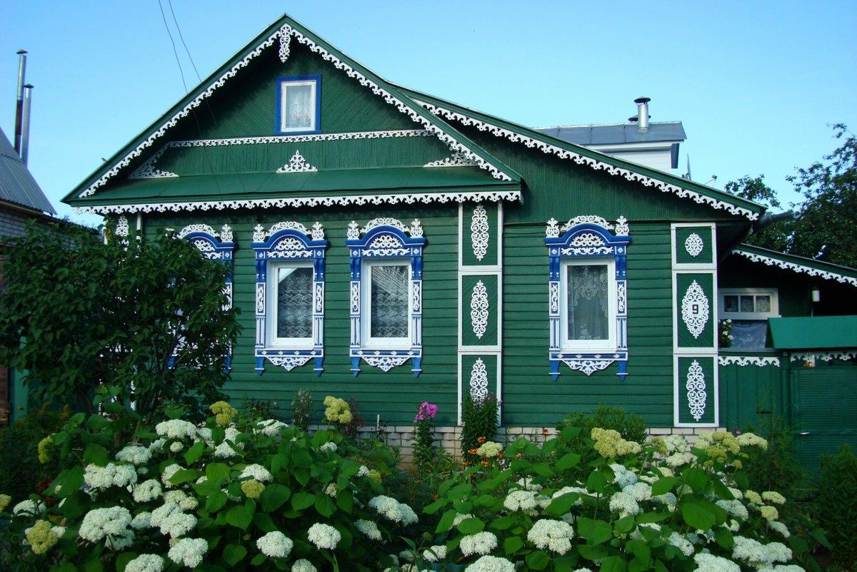 фото деревянный зеленый домик в деревне видео научит