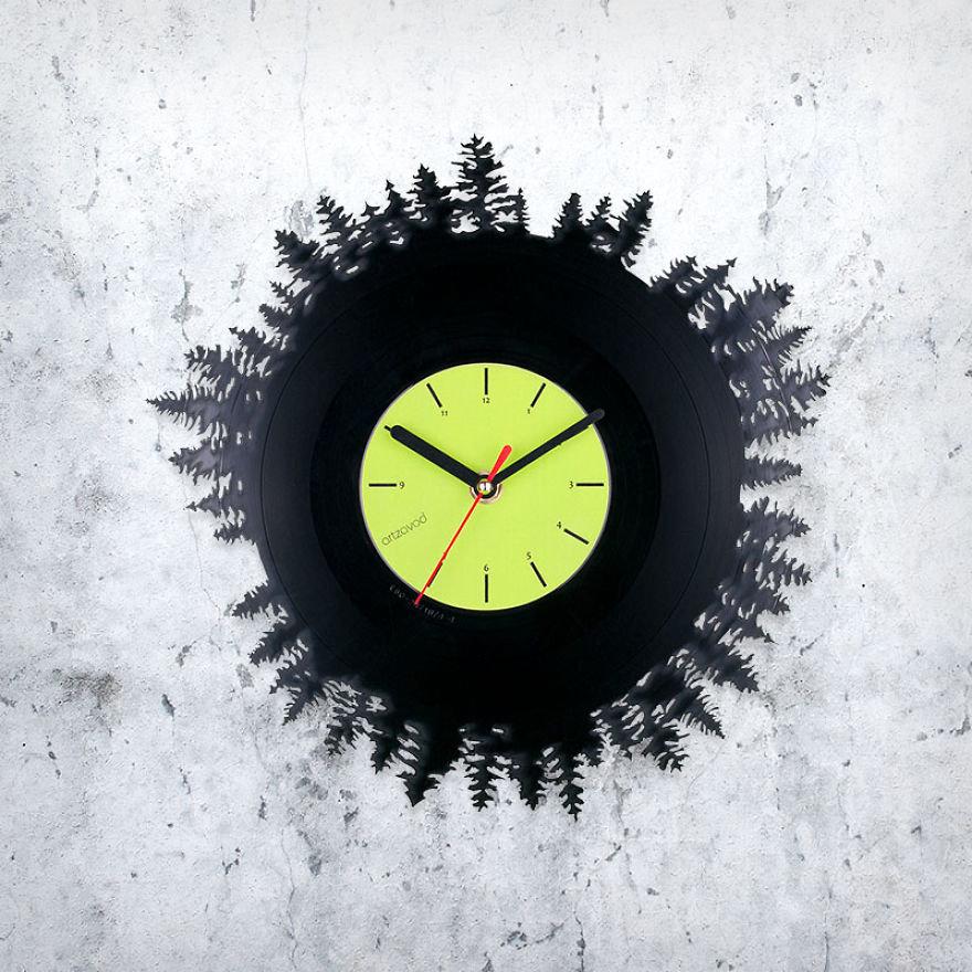 Продаются такие часы в специализированных магазинах и частным образом.