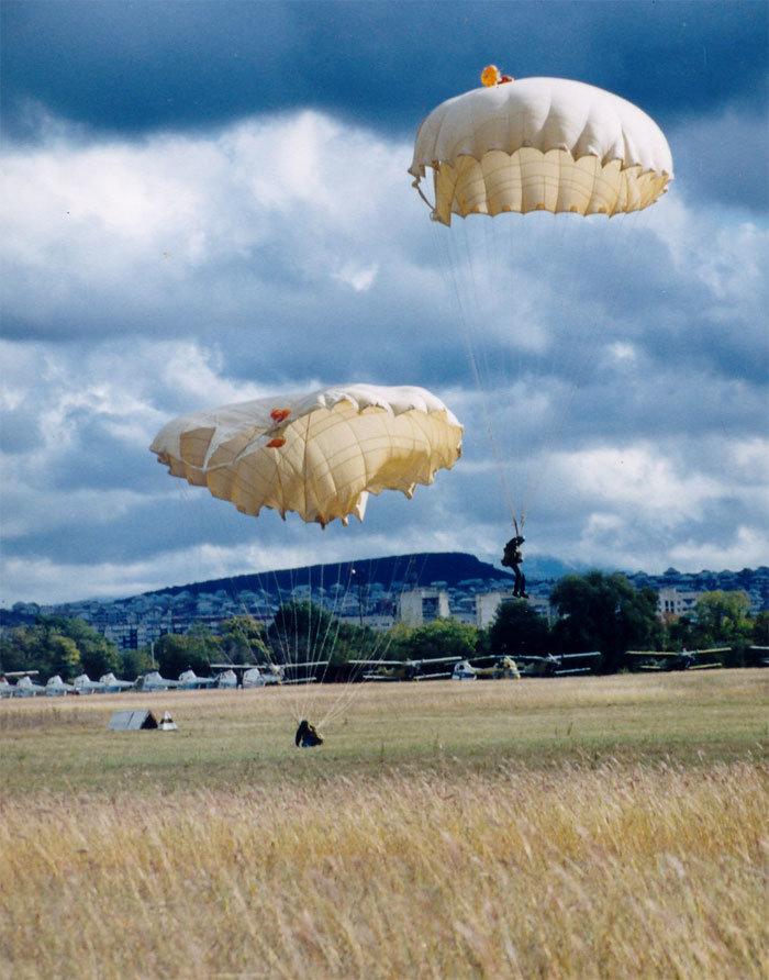 разнообразием фото парашютистов вдв в небе потеряв