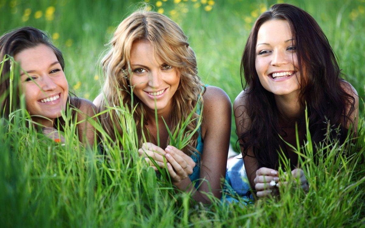 Картинки с двумя девушками прикольные