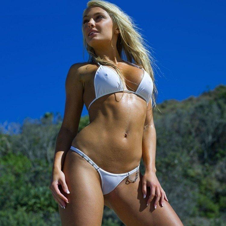 beloe-prozrachnoe-bikini-foto-pomoynaya-yama-porno