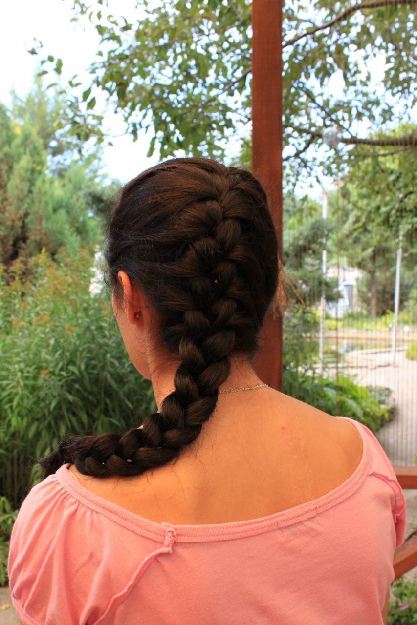 Девушка со спины с косой