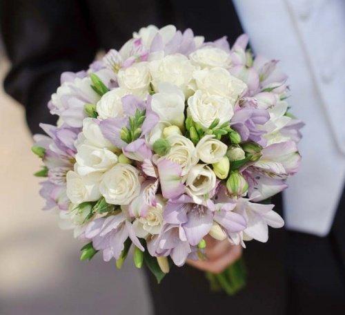 Классический букет невесты из роз и альстромерии, цветы