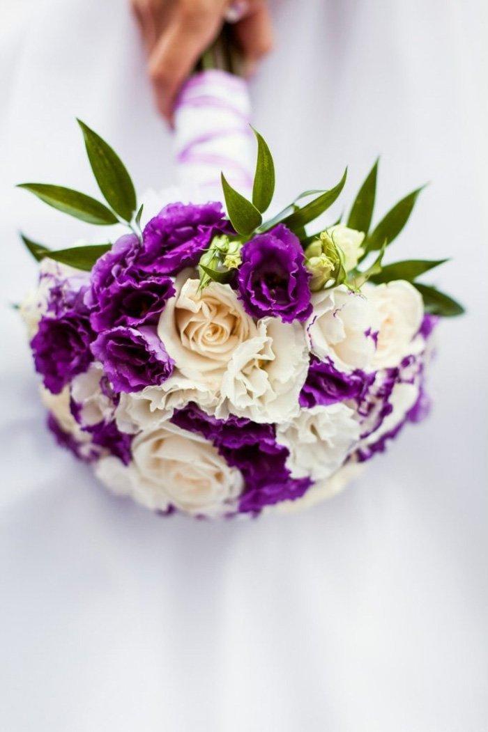Фиолетовый букет невесты из лизиантуса