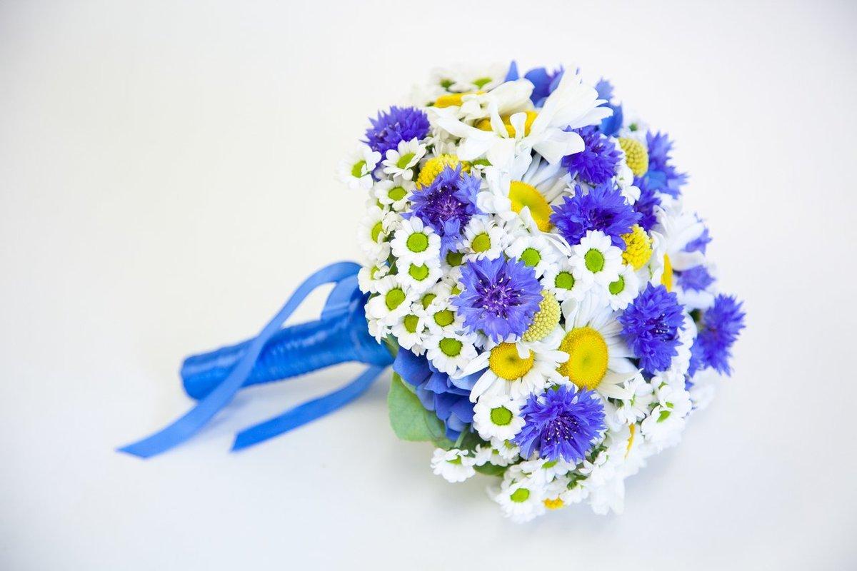 Свадебные букеты из хризантем и васильков, заказ