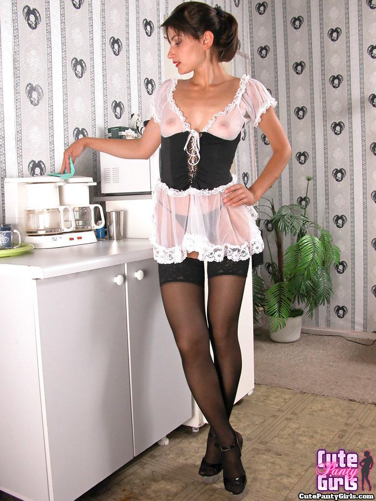 зрелая служанка в колготках что штаны
