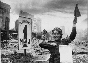 регулировщица в берлине 1945