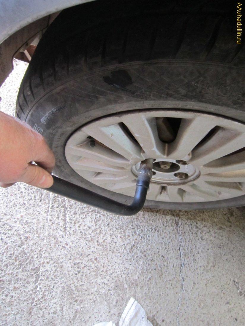 Используя баллонный ключ ослабляем колёсные болты