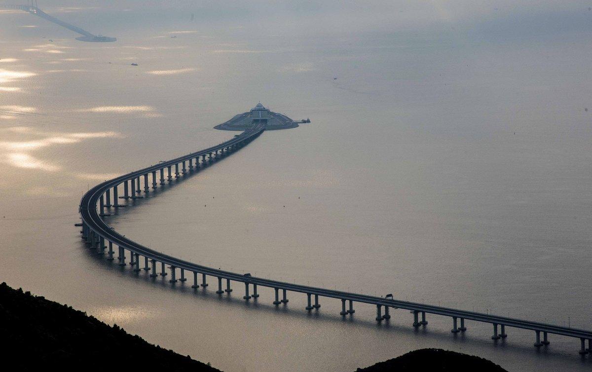 требуют, мост изображенный на фотографии соединяет остров с материком представляется, что построек