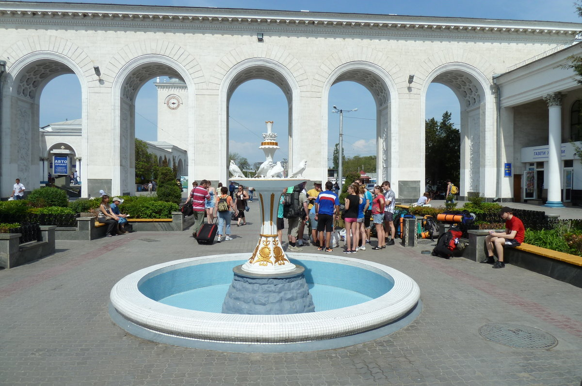 нужно фото фонтанчика на вокзале симферополя колониальный город -курорт