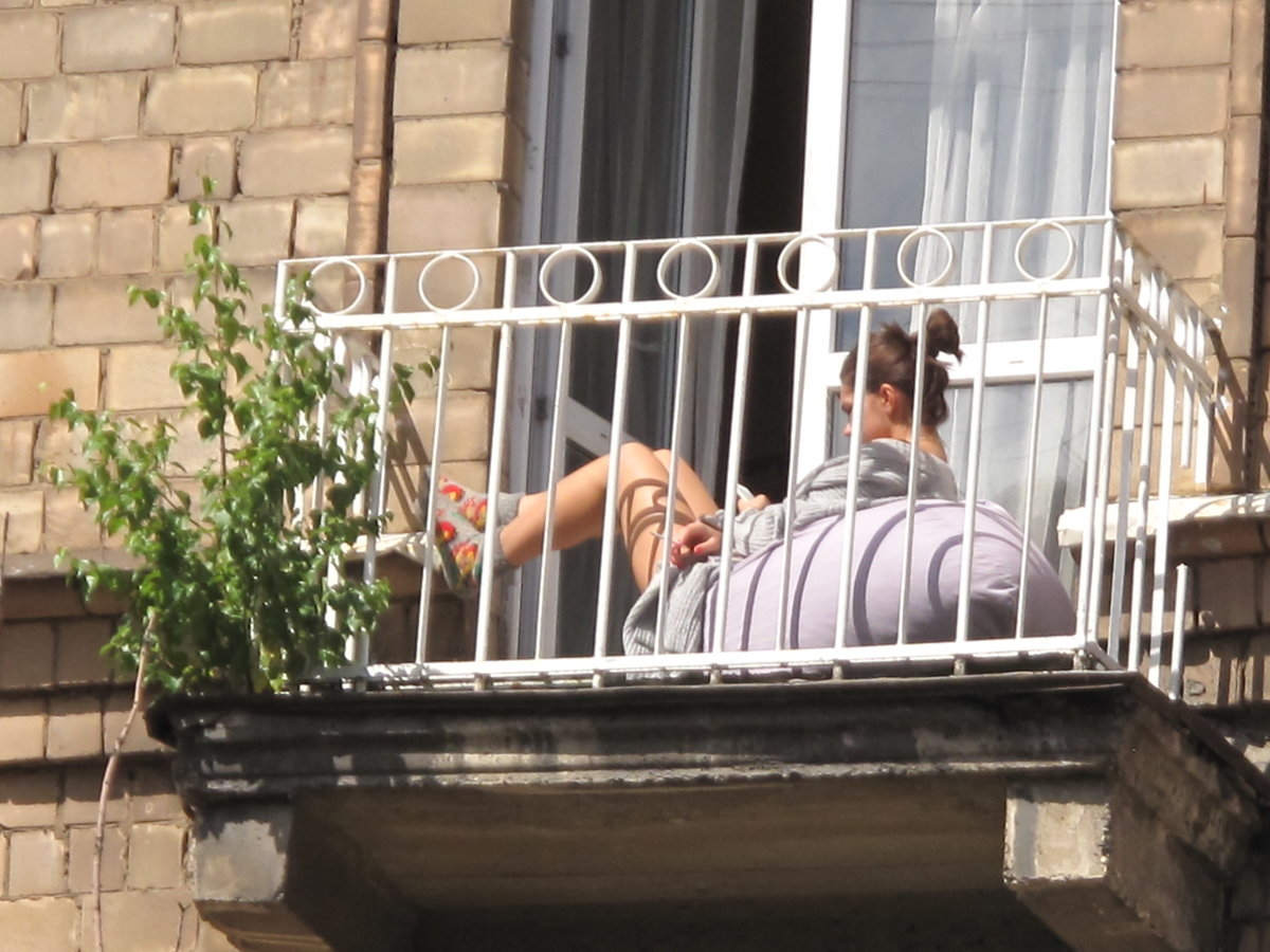 точно девушка загорает на балконе неё именно тогда