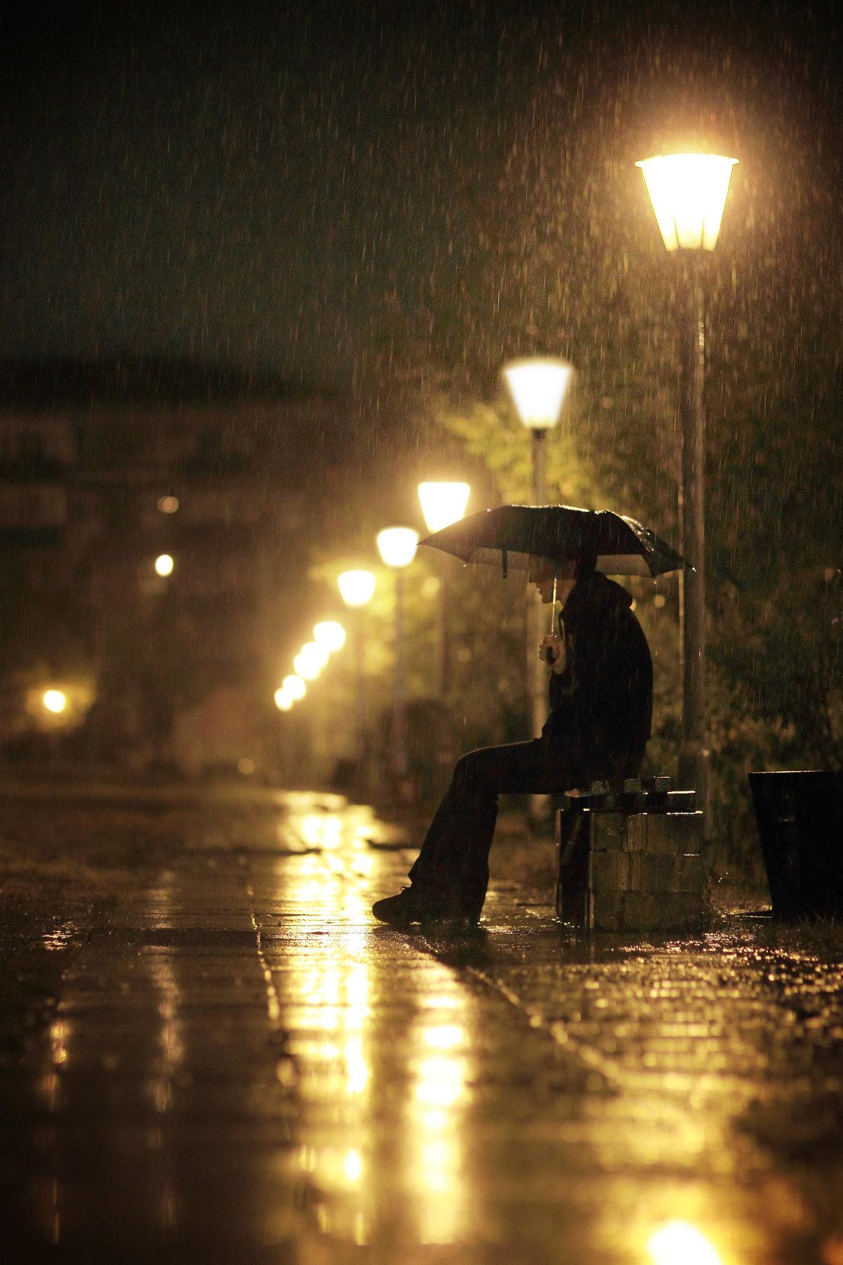 фото парень идет ночью в дождь проход одном направлении
