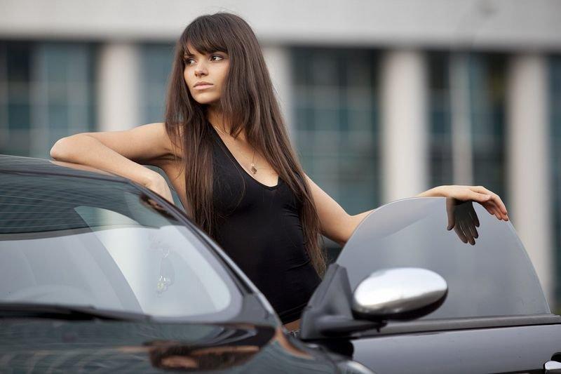 машин форме в около девушка