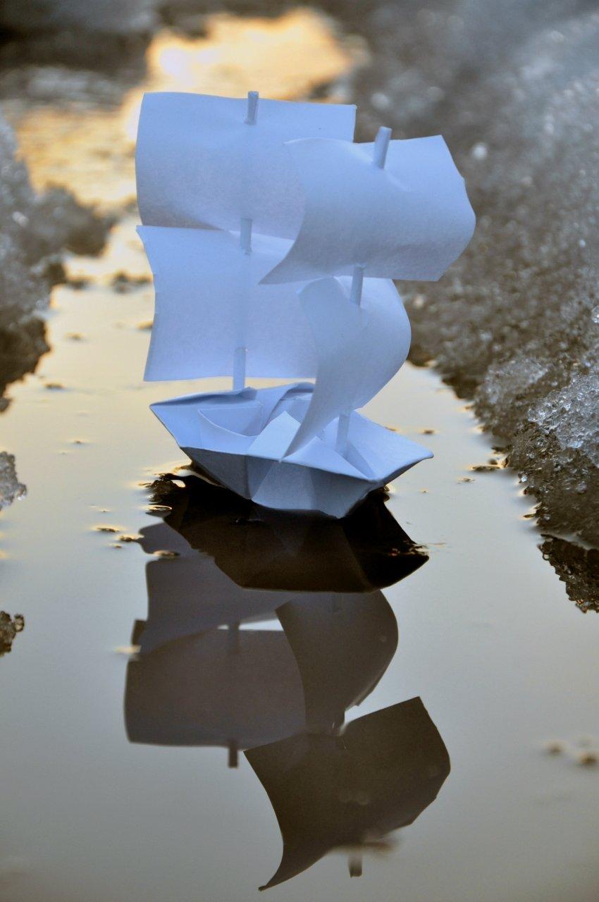 Картинка бумажные кораблики по ручью вот спортивные