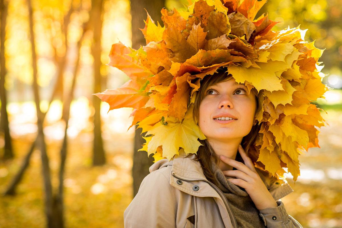 Картинки девушка осенью в листьях