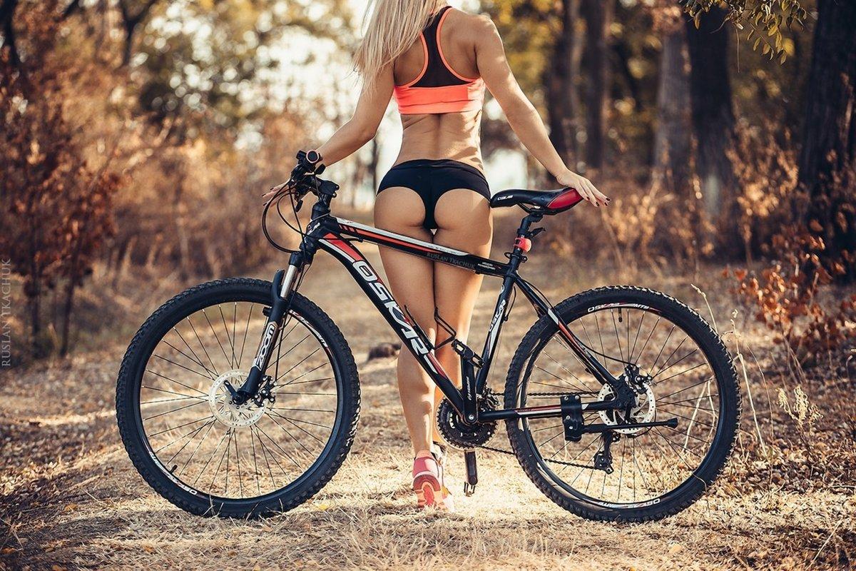 попа на велосипеде