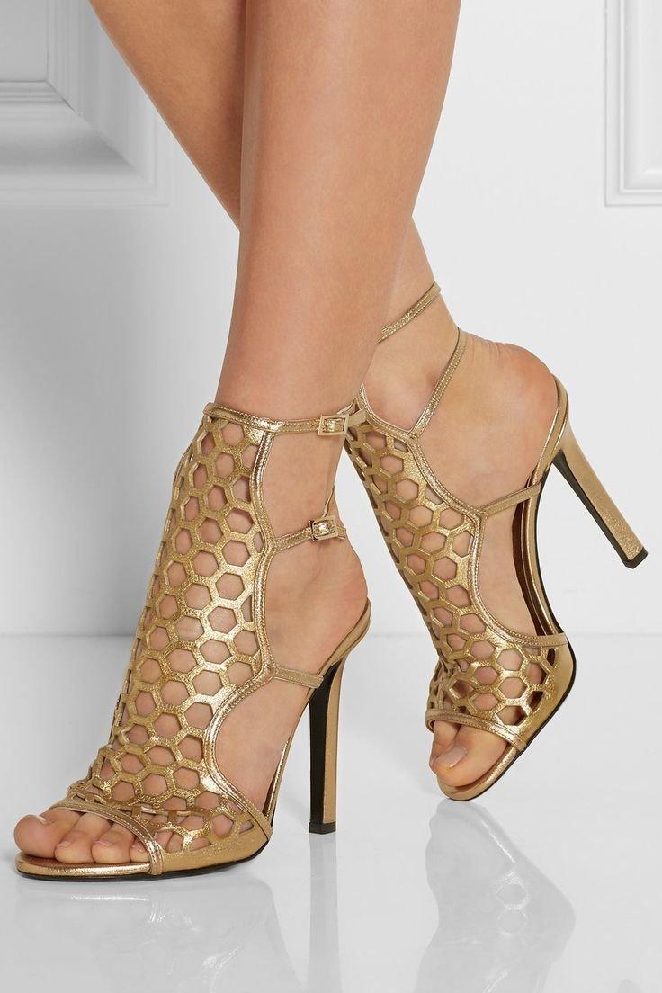этом женские ноги в золотых туфлях фото интерьер домов передает