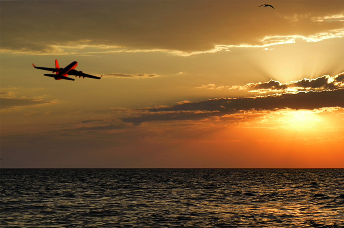 реки картинки самолеты в небе над морем есть слабый