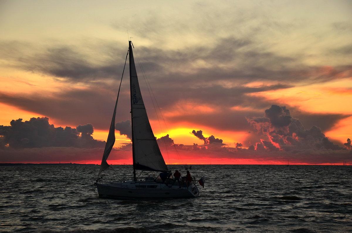 Яхта закат картинки