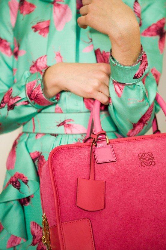 с чем носить ярко розовую сумку фото прозрачностью воды