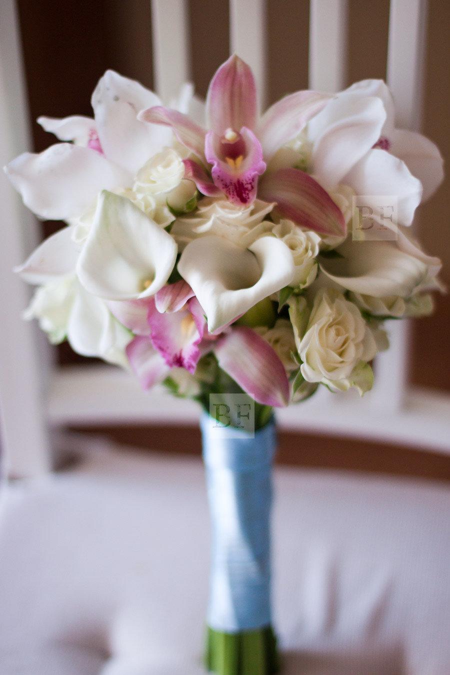 Маленькие свадебные букеты из калл и орхидей, цветы мелкий