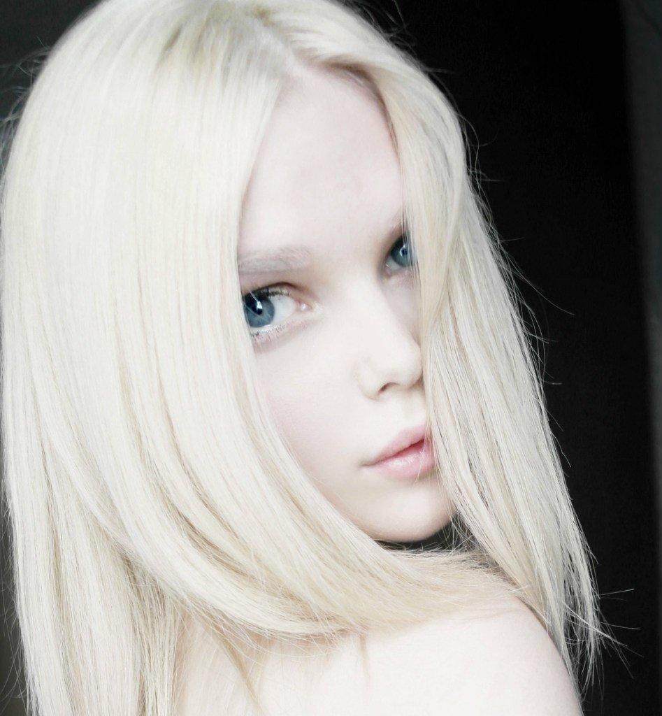 видеоролик про обидчивую русскую девушку с бледной кожей