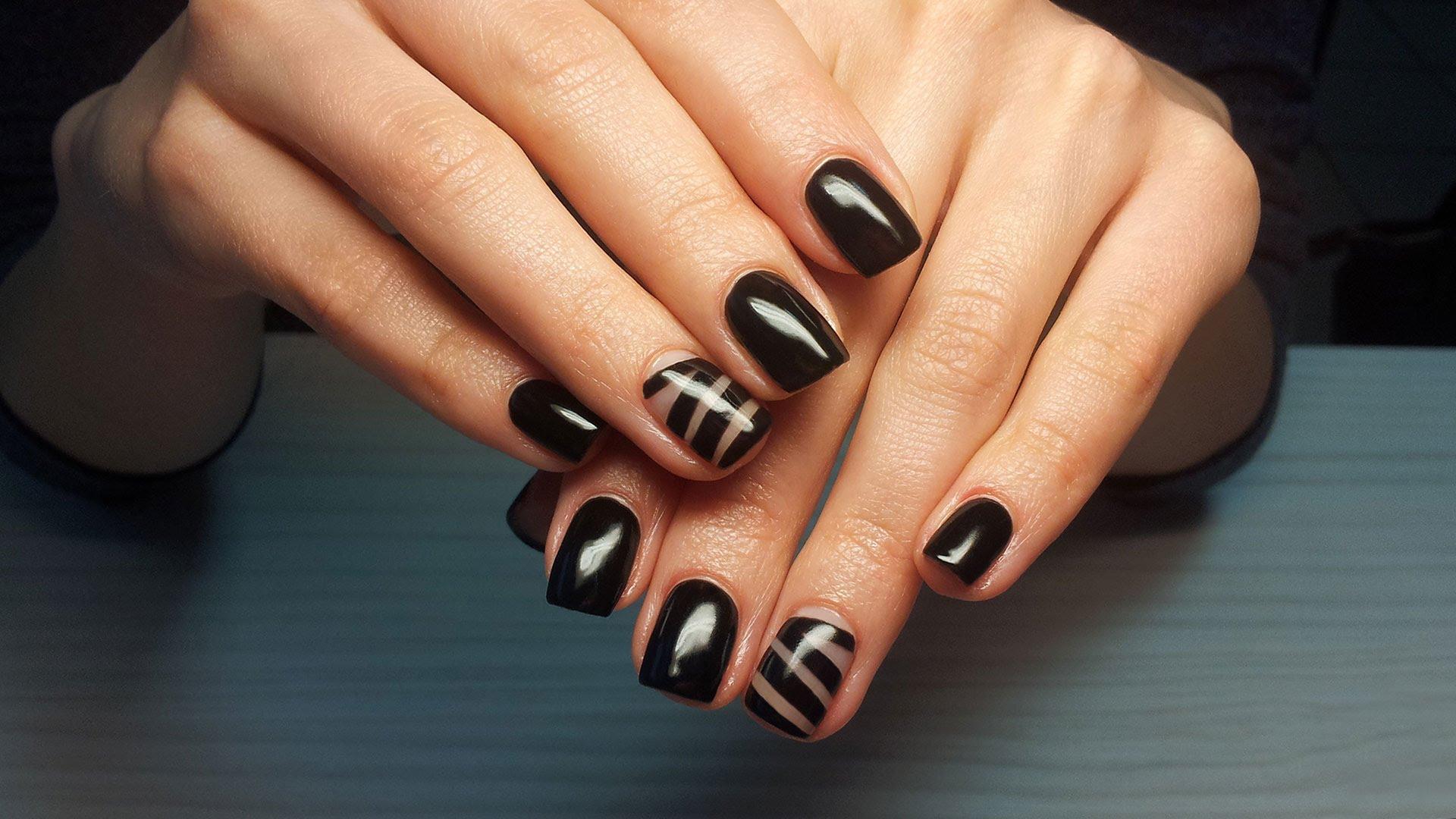 Черный цвет шилака на ногтях