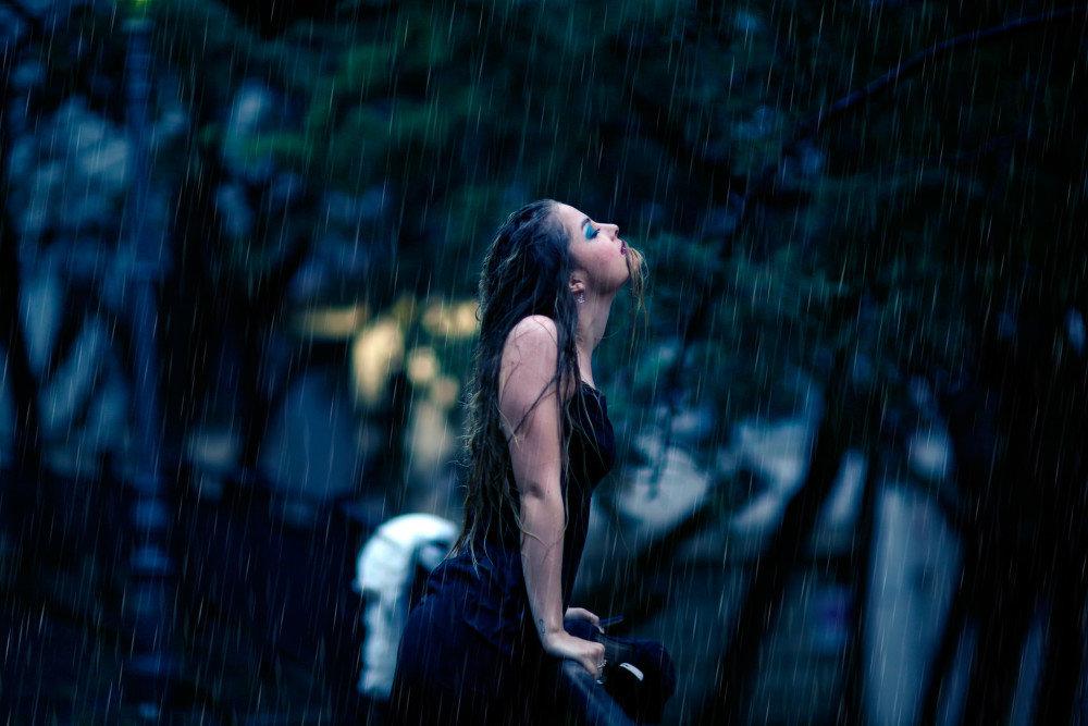 Девушки мокнут на дожде — 13