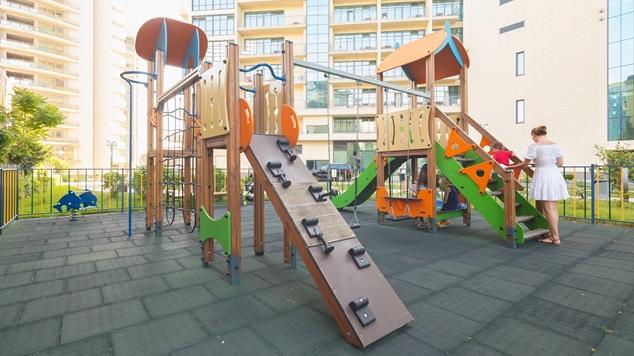 На территории отеля находится детская площадка. Предоставляются детские кроватки, стульчики и ночные горшки. Дети до 5 лет размещаются бесплатно.