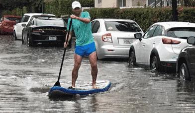 жители Майами на каяке передвигаются  по затопленным улицам