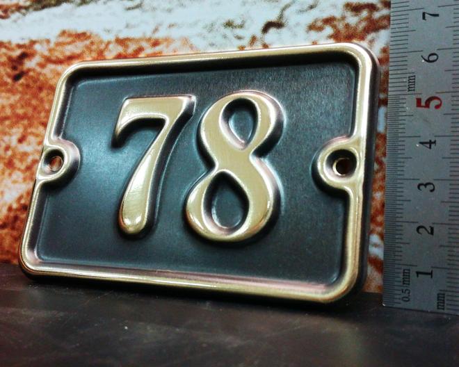 Номерок на дверь с рельефными цифрами. 100/70 мм.  Стоимость 800 р.