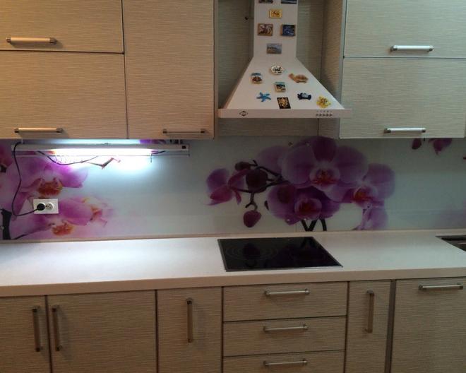 Кухонный гарнитур в Астане со стеклянным фартуком