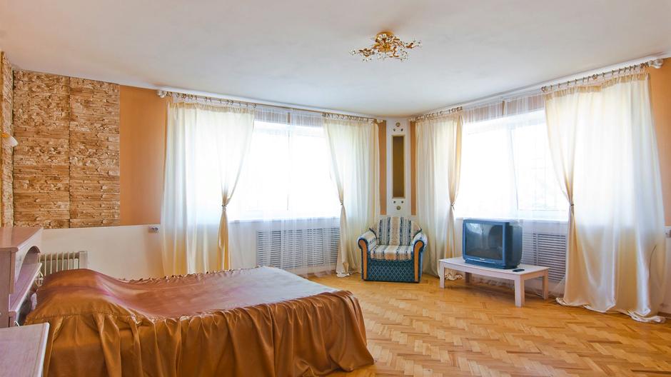 Двухместный номер с просторной кроватью и телевизором. В номере есть большой шкаф, комод, тумбочки.