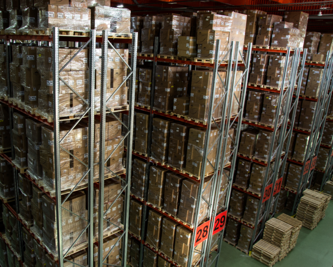На складе осуществляется хранение во фронтальных стеллажах фирмы Constructor и в полуавтоматических набивных стеллажах с паллетотранерами.