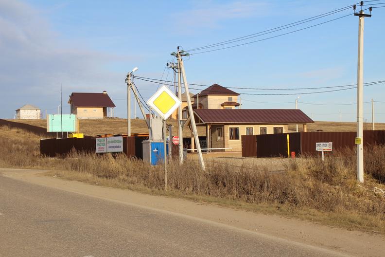 ДПК Новая Слобода насчитывает около 100 участков в настоящее время поселок развивается. На участке можно зарегистрировать жилой дом.