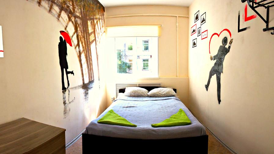 Двуспальная кровать, тумбочки для личных вещей, телевизор и зеркало. Авторский дизайн! Общая кухня и прачечная.