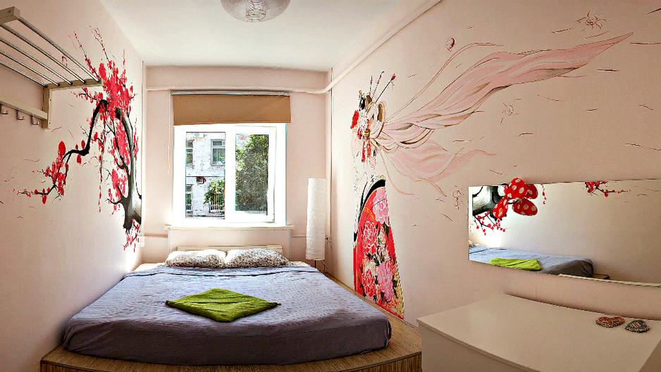 Отличный номер для пары с возможностью размещения третьего спального места.  Комод для личных вещей, зеркало и розетки с каждой стороны кровати.