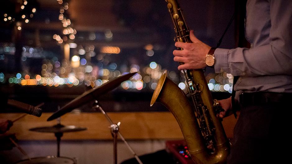 Профессиональный джазовый оркест полностью обеспечивает все музыкальное и звуковое оформление спектакля.
