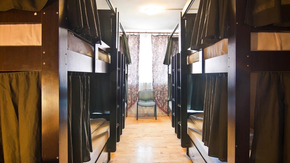 Комфортный номер для парней. Каждая кровать оборудована ящиками, закрывающимися на ключ.