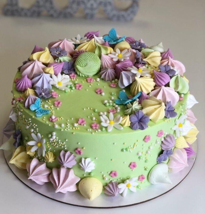 Весенний тортик,украшенный меренгой и цветочками из мастики