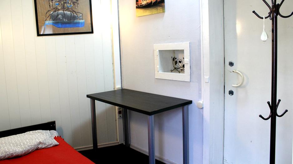 Лучшее индивидуальное  размещение. Полки для личных вещей, стол для ноутбука. Общая кухня и прачечная. Альтернатива квартиры-студии в центре города.