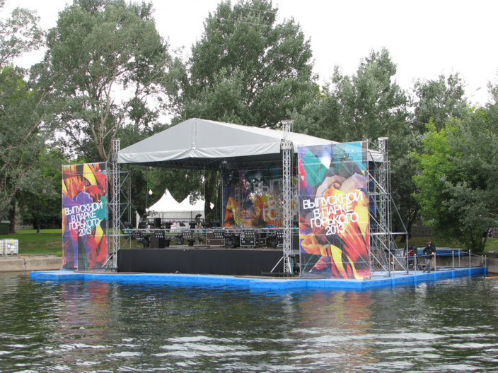 Плавучая сцена на воде