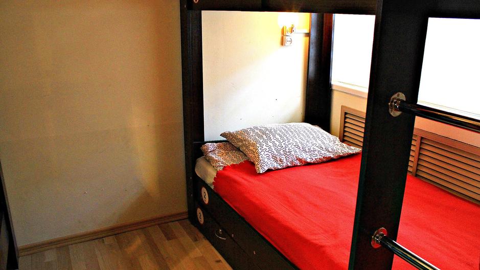 Удобные матрасы, тумбочки, индивидуальные шкафчики с замками. Общая кухня,  прачечная, душевая!